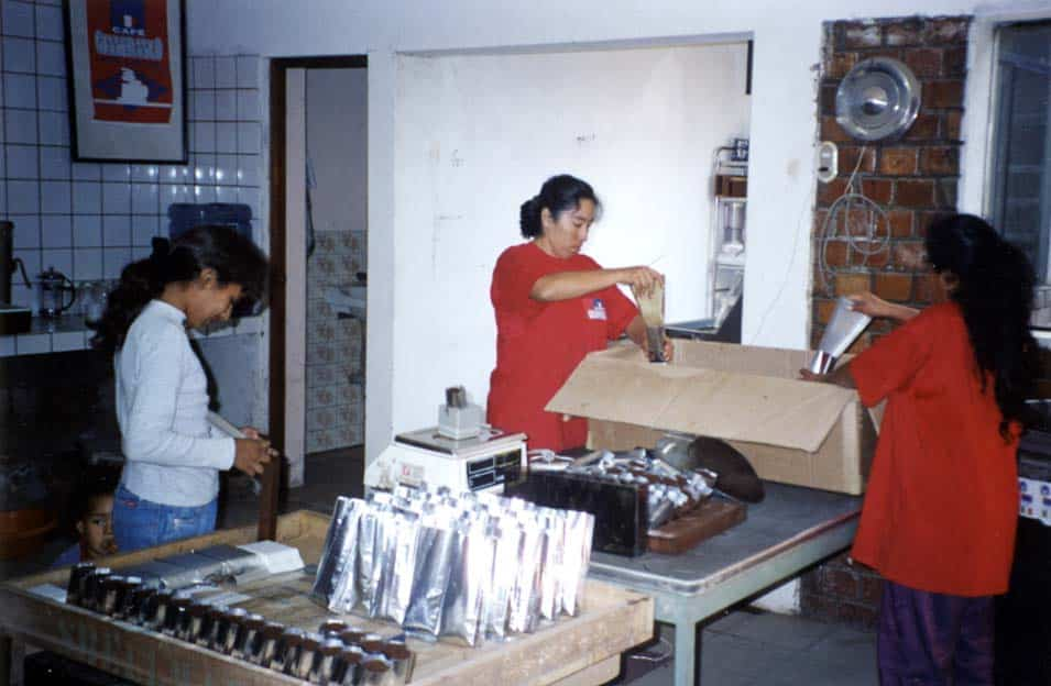 Mise en poche du café à Lima, mai 2000